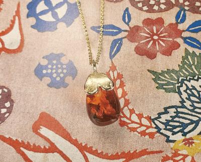Gouden hanger Hartje met Barnsteen pampel aan anker schakel collier. Geboortecadeau. Baargoud. Yellow gold pendant with amber. Oogst Amsterdam