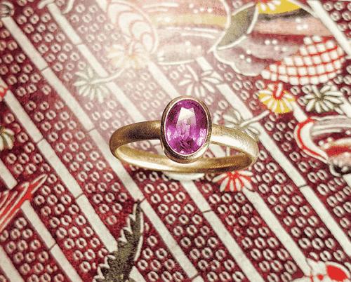Roségouden ring 'Eenvoud'. Met 1,06 ct ovaal gefacetteerde roze saffier.