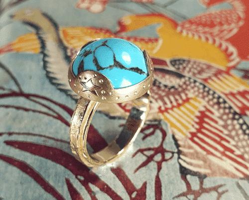 Roségouden ring 'Erosie' met rond cabochon geslepen Turkoois. Gelaagd model met kruisje en handgravure zon, maan en ster. Rosé gold ring with turquois. Oogst goudsmid Amsterdam