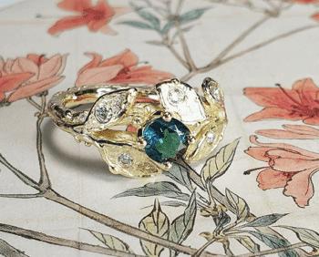 Gouden ring Boomgaard, takje met blaadjes. Met Toermalijn en briljant geslepen Diamant