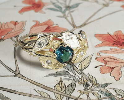 Ring Blaadjes, takje met blaadjes, Toermalijn en briljant geslepen Diamanten, van eigen oud goud gemaakt. Ring Leafs with tourmaline and diamonds, created from heirloom gold. Oogst goudsmid Amsterdam