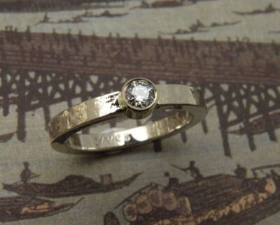Verlovingsring 'Kant'. Witgouden kant structuur ring met diamant. Engagement ring 'Lace'. White golden ring with lace structure and a diamond. Oogst goudsmeden Amsterdam.