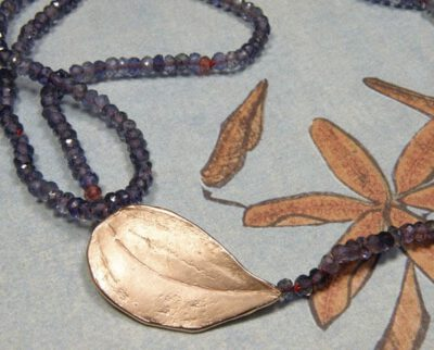 Collier van ioliet met roodgouden blad sluiting. Necklace of iolite and rose gold Leaf clasp. Oogst Amsterdam