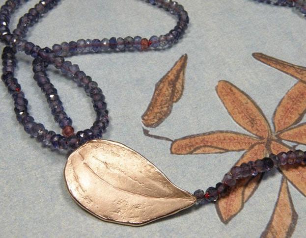 Collier van ioliet met roodgouden blad sluiting. Necklace of iolite and rose gold Leaf clasp. Oogst Amsterdam