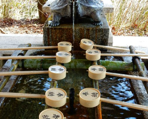 Waterpunt in tempel Kyoto. Water well with bamboo boxes.