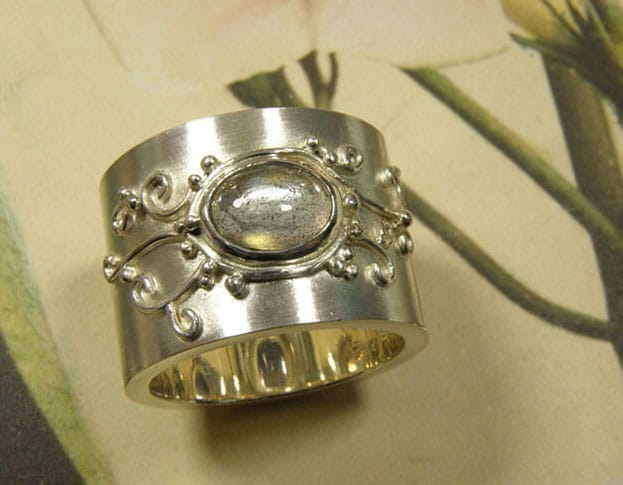 Zilveren verlovingsring met labradoriet en filigrain motief. Silver engagement ring with labradorite and filigrain motive. Oogst goudsmid Amsterdam.