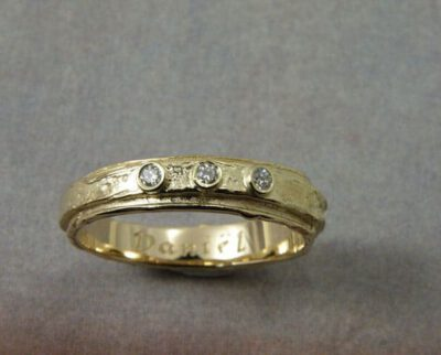 Geelgouden ring Erosie met 3 diamanten. Yellow gold ring Erosion with 3 diamonds. Baargoud. Push present. Oogst ontwerp & creatie Amsterdam