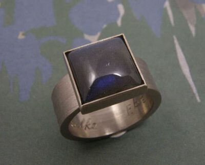 Witgouden ring met labradoriet. White gold ring with labradorite. Oogst goudsmid Amsterdam