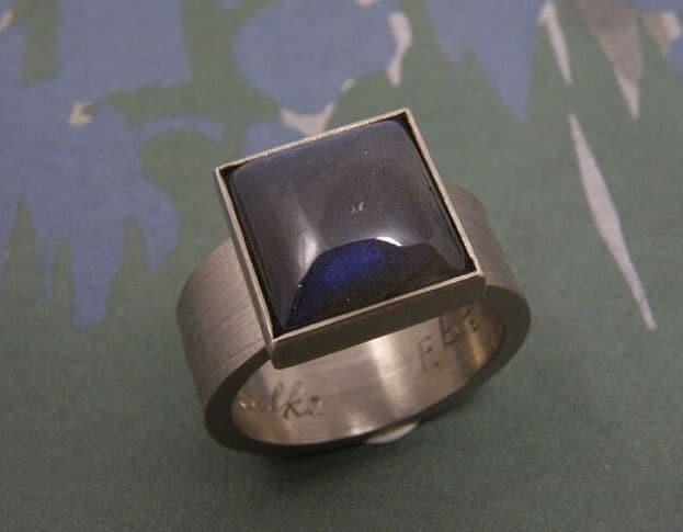 Witgouden ring met labradoriet. White gold ring with labradorite. Oogst goudsmid Amsterdam