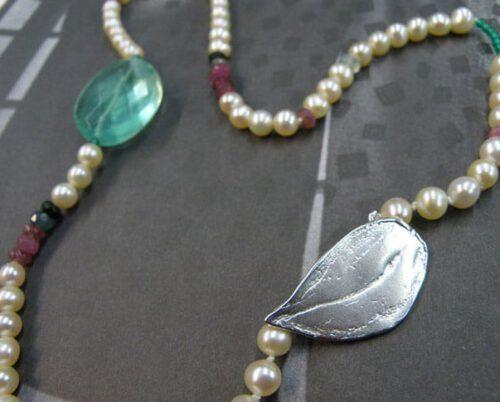 Collier Blad. Eigen parels met edelstenen en zilveren blad sluiting. Neklace Leaf. Own pearls with gemstones and silver leaf clasp. Oogst goudsmid Amsterdam