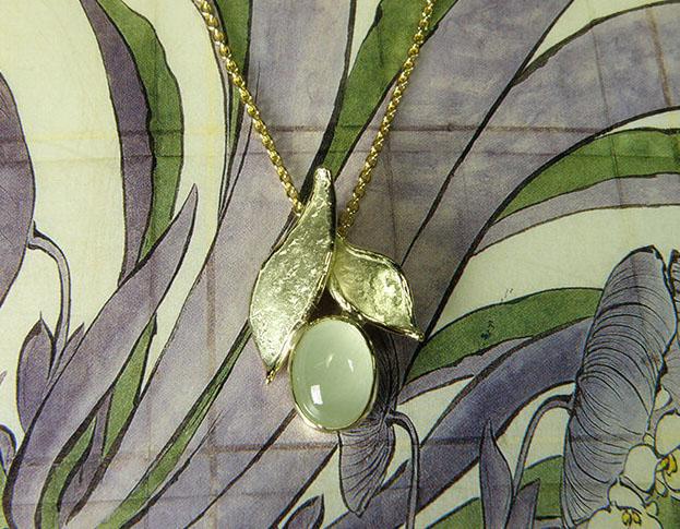 Geelgouden hanger Blaadjes met aquamarijn. Geboortecadeau. Baargoud. Yellow gold Leafs pendants with aquamarine. Birth gift. Push present. Oogst goudsmid Amsterdam