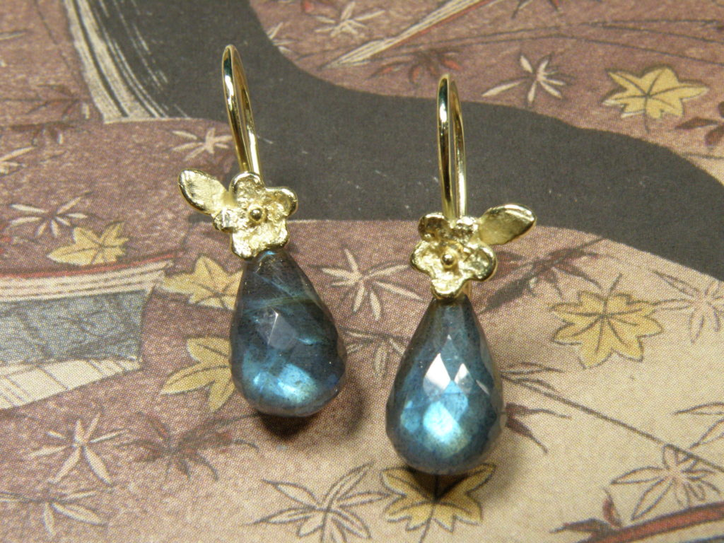 Everything about Labradorite and handmade jewellery with Labradorite created in the Oogst goldsmith studio.