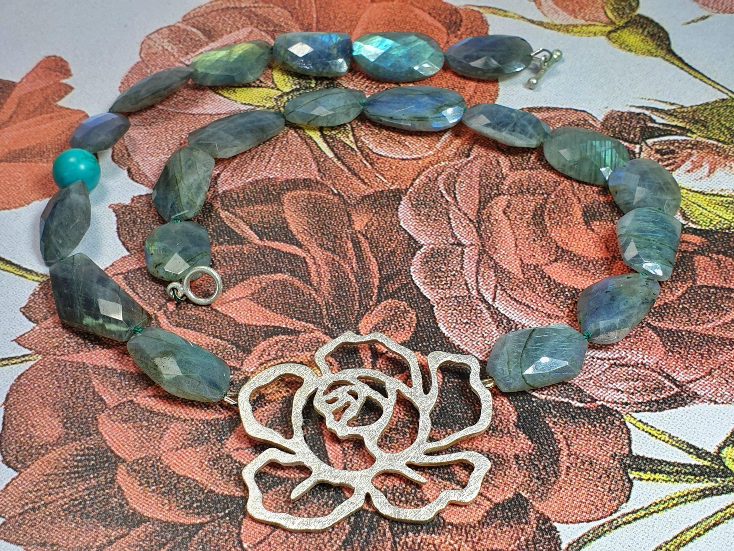 Alles over Labradoriet, blog. Handgemaakte sieraden met Labradoriet. Gemaakt in het oogst atelier in Amsterdam.