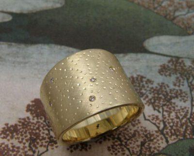 Ring 'Patronn' brede blikvanger met stipjes en diamantjes, van eigen oud goud gemaakt. Ring 'Pattern' streamlined eye catcher with dots and diamonds, created from heirloom gold. Design by Oogst Amsterdam