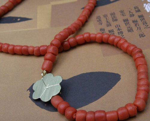 Koraal collier met geelgouden Bloesem. Coral necklace with yellow gold Blossom. Oogst goudsmid Amsterdam