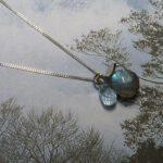 Witgouden Blaadjes hanger met Labradoriet en Topaas. White gold pendant Leafs with labradorite and topaz. Oogst goudsmid Amsterdam