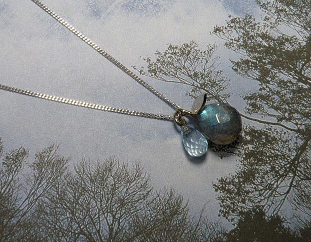 Witgouden hanger blaadje met Labradoriet briolet en Topaas briolet.