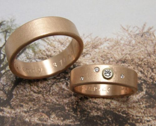 Trouwringen 'Eenvoud'. Roodgouden ring met ronde zijkanten en diamanten. Roodgouden ring met ronde zijkanten. Wedding rings 'Simplicity'. Rose golden ring with round endges and diamonds. Rose golden ring with round edges. Oogst goudsmeden Amsterdam.