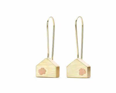 Japonais oorsieraden Geelgouden huisje met roodgouden bloesem. Yellow gold earrings japonais House with blossom. Oogst goudsmid Amsterdam