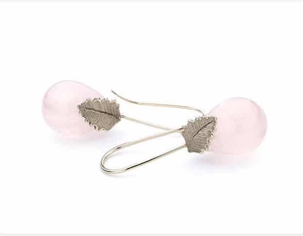 Witgouden oorbellen blaadjes rozenkwarts. Oogst goudsmeden Amsterdam.