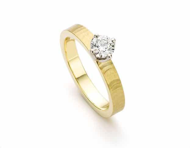 Geelgouden verlovingsring uit de serie Ritme met briljant geslepen diamant. Oogst goudsmeden Amsterdam.