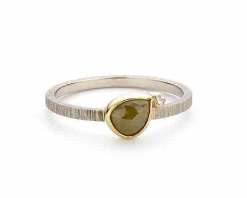Witgouden verlovingsring ton sur ton met bruine peervormige diamant in geelgouden zetkast. Oogst goudsmeden Amsterdam.