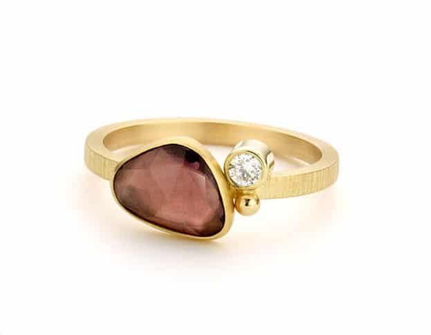 Gouden edelsteenring verzameling met saffier en diamant. Oogst goudsmeden Amsterdam.
