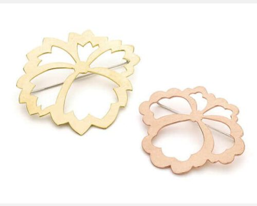 Yellow gold pin Kamon with angular shapes and rose gold pin with rounded shapes. From our Japonais collection.