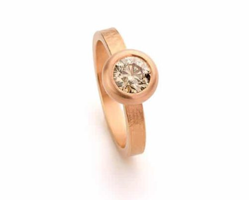 Roodgouden ring met briljant geslepen lichtbruine diamant. Oogst goudsmeden Amsterdam.