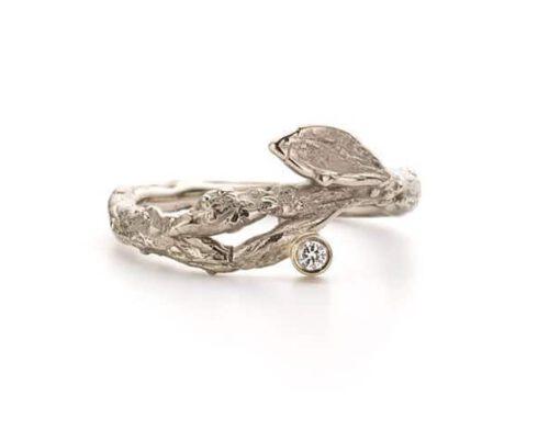 Witgouden verlovingsring takje en briljant geslepen diamant. Oogst goudsmeden Amsterdam.