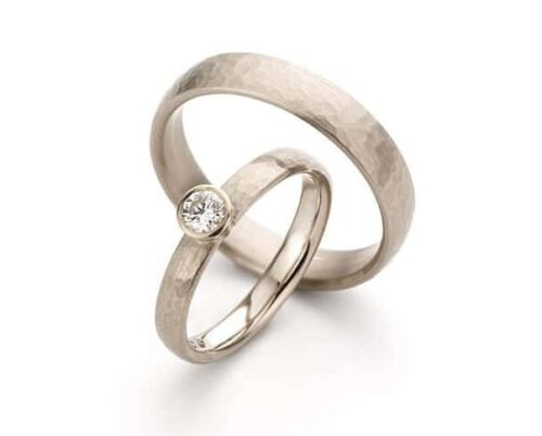 Textured Wedding rings 'Rhythm'. White golden ring with diamond. White golden ring. Oogst goldsmith Amsterdam.