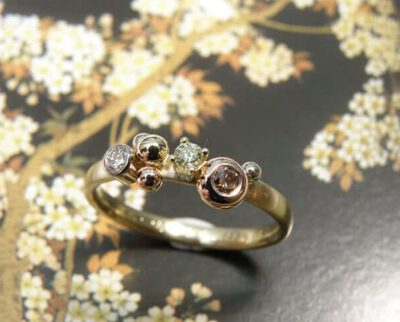 Ring 'Verzameling' mooie mix aan diamanten en besjes toegevoegd aan eigen ring. Ring 'Cluster' a lovely mix of diamonds and berries added to her own ring. Oogst ontwerp & creatie Amsterdam
