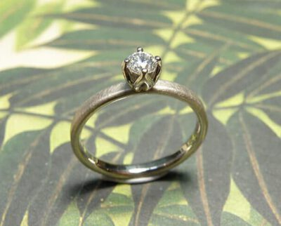 Verlovingsring 'Eenvoud' witgouden ring met 0,40 crt natural light fancy diamant in roodgouden zetting. Engagement ring 'Simplicity'white golden ring with 0,40 crt natural light fancy diamond in a rose golden setting. Oogst goudsmeden Amsterdam.