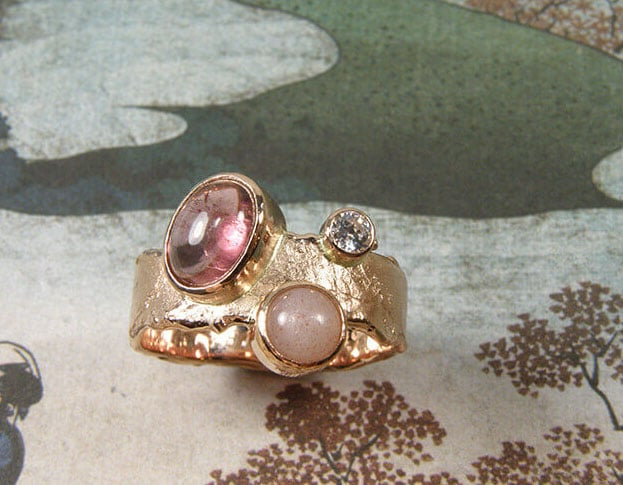 Roodgouden Erosie ring met toermalijn en maansteen. Rose gold erosion ring with tourmaline and moonstone. Oogst goudsmid Amsterdam