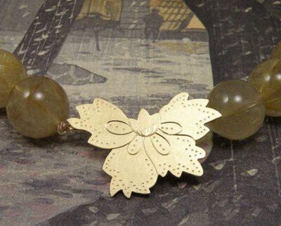 Collier 'Batik' rutielquartz met een motief van eigen oud goud vervaardigd. Necklace 'Batik' rutile quartz with motive created from own heirloom gold. Oogst Amsterdam goldsmith