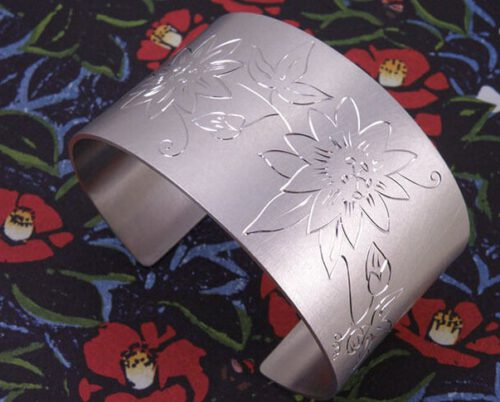 Zilveren armband met handgravure Passiebloem. Uit het Oogst goudsmid atelier. Silver cuff bracelet with hand engraving of a Passionflower. Made in the Oogst goldsmith studio.