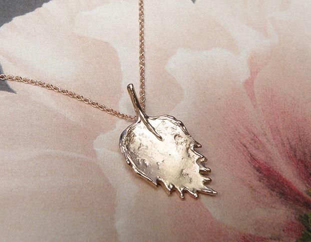 Roodgouden Blad hanger. Gedenksieraad. Rose gold Leaf pendant. . Commemorative jewel. Oogst goudsmid Amsterdam