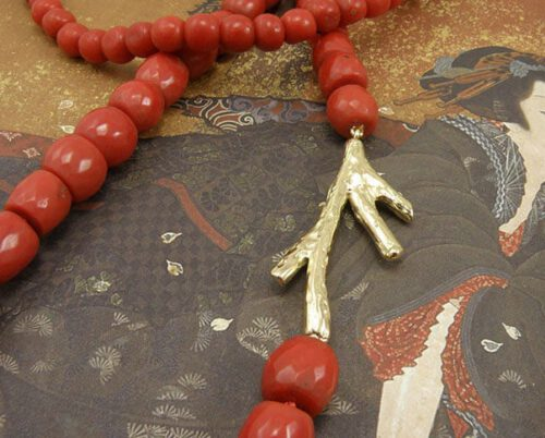 Koraal collier met geelgouden koraaltak. Coral necklace with yellow gold Coral. Oogst goudsmid Amsterdam