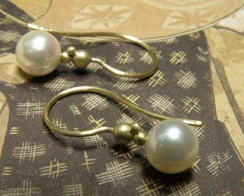 Geelgouden oorsieraden met akoya cultivé parels. Yellow gold earrings with akoya pearls. Birth present. Geboortecadeau Push present. Baargoud. Oogst Amsterdam
