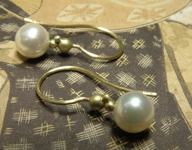 Geelgouden oorsieraden met akoya cultivé parels. Yellow gold earrings with akoya pearls. Birth present. Geboortecadeau Push present. Baargoud. Oogst Amsterdam