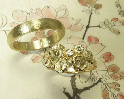 Trouwringen 'Cirkels' en 'Ritme'. Geelgouden ring met diamanten en geelgouden ring hamerslag. Wedding rings 'Circles' & 'Rhythm'. Yellow golden ring with diamonds and yellow golden ring with hammering. oogst Amsterdam.