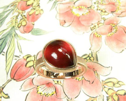 Roodgouden ring met druppelvormige granaat. Ring rosegold with a drop shaped garnet. Oogst goudsmid Amsterdam.