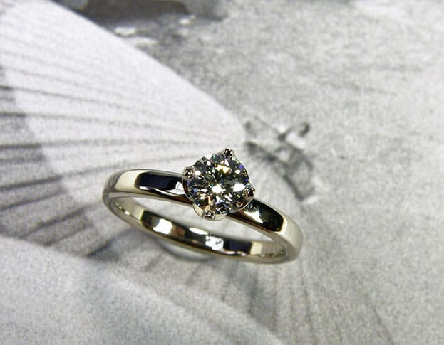 Verlovingsring 'Eenvoud'. Witgouden ring met 0,40 crt diamant in een lotus zetting. Engagement ring 'Simplicity'. White golden ring with 0,40 crt diamond. Oogst goudsmeden Amsterdam.