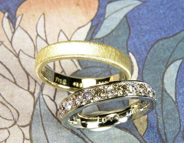 Trouwringen Eenvoud. Witgouden ring met diamant en geelgouden ring met fluweel finish. Moderne klassieke huwelijksringen. Ontwerp van edelsmid Oogst in Amsterdam
