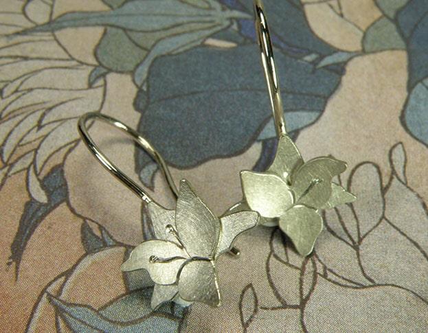 Witgouden Lelie oorsieraden. Geboortesieraad. Baargoud. White gold Lily earrings. Push present. Oogst Amsterdam ontwerp & creatie