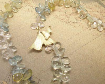 Beryl collier met geelgouden ginkgo biloba blad sluiting. Beryl necklace witch yellow golden ginkgo leaf clasp. Uit het Oogst atelier Amsterdam.