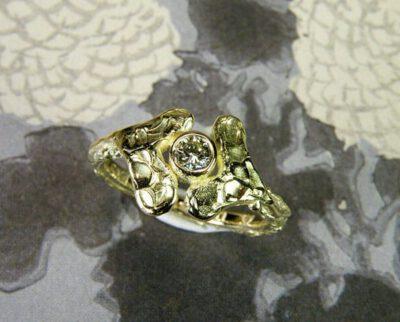 Blaadjes ring van eigen oud goud vervaardigd met diamant. Geboortesieraad. Ring Leafs created from heirloom gold with a diamond. Birth gift. Oogst goudsmid Amsterdam