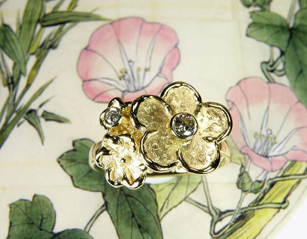 Geelgouden ring Bloemen met diamant. Gedenksieraad. Yellow gold ring Flowers with diamonds. Commemorative jewel. Oogst goudsmid Amsterdam