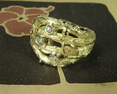 Ring 'Boomgaard' takjes met besjes en blaadjes ring met 3 eigen diamanten van eigen goud vervaardigd. Ring 'Orchard' twigs, berries and leafs ring made of heirloom gold with 3 heirloom diamonds. Oogst goudsmeden Amsterdam.