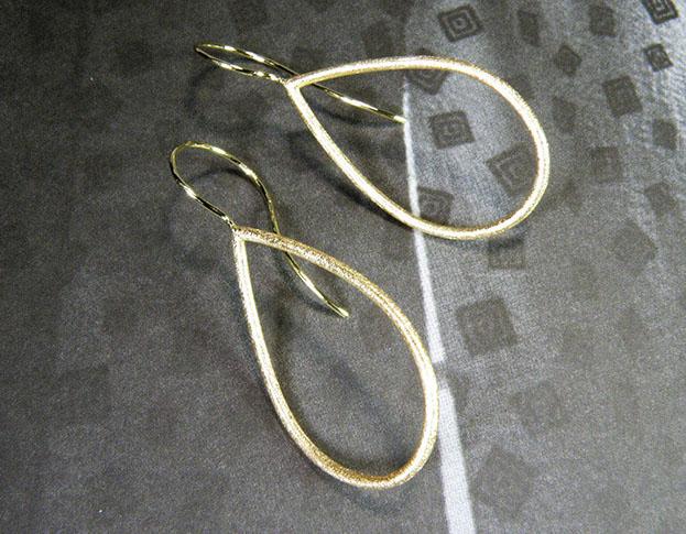 Geelgouden Druppel oorbellen. Yellow gold Drop earrings Uit het Oogst goudsmid atelier. Made in the Oogst goldsmith studio.